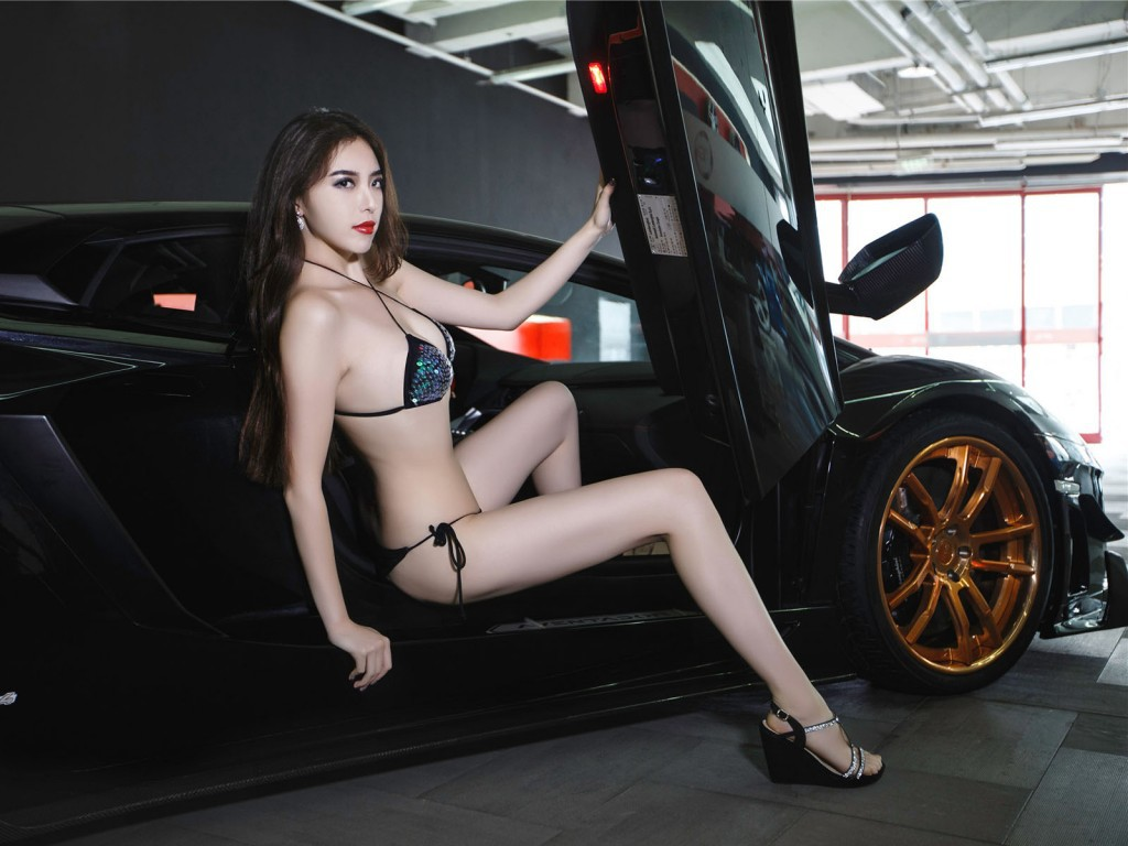 Sexy girls of car shows — pic 9