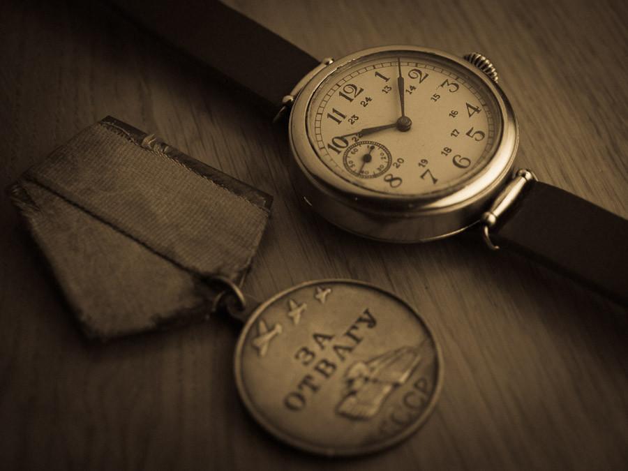 Поэтому офицеры начали самостоятельно приваривать к корпусу часов второе кольцо и пропускать сквозь них часовой ремешок, чтобы привязывать военные часы к запястью.
