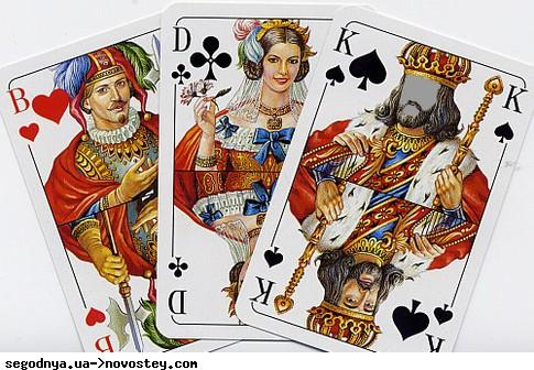 Два гея взрослых русских играют в карты