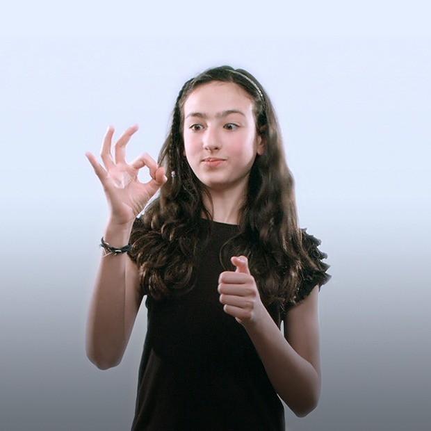 В полном тралейбусе девушка делает иинет видео