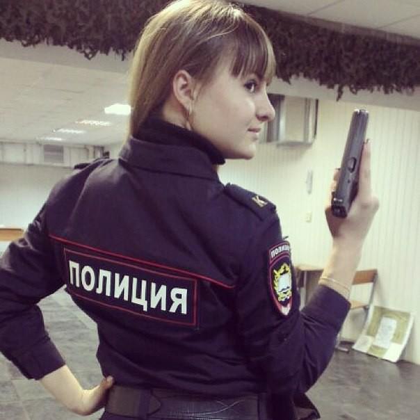 Девушка со спины с надписью полиция