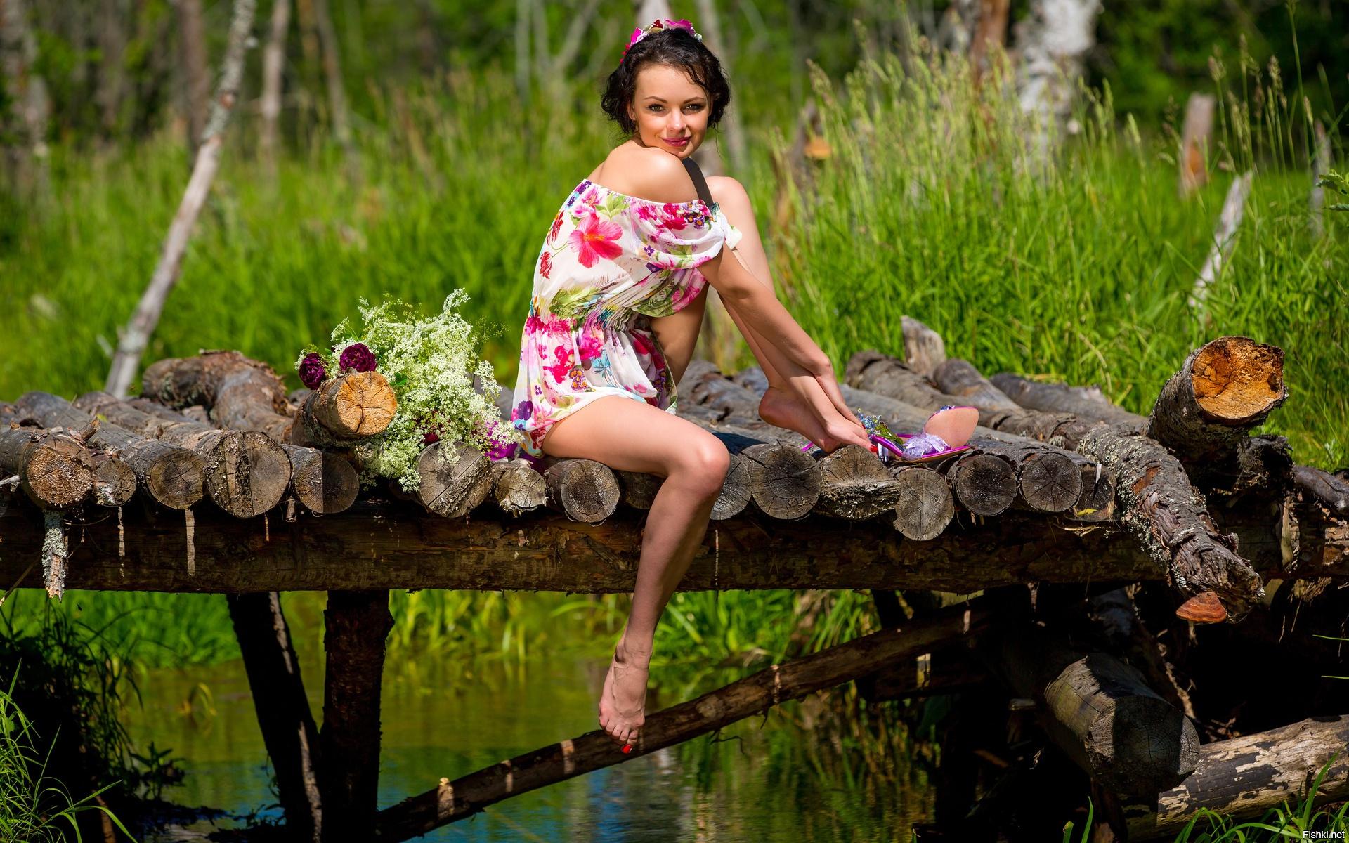 отмахимается деревенские девушки отдыхают на природе проводили