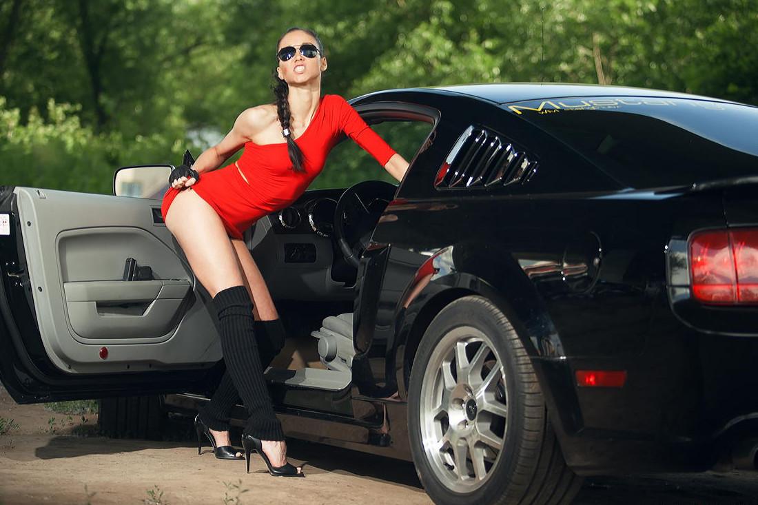 такой фото девушки возле машины блондинка томным взглядом