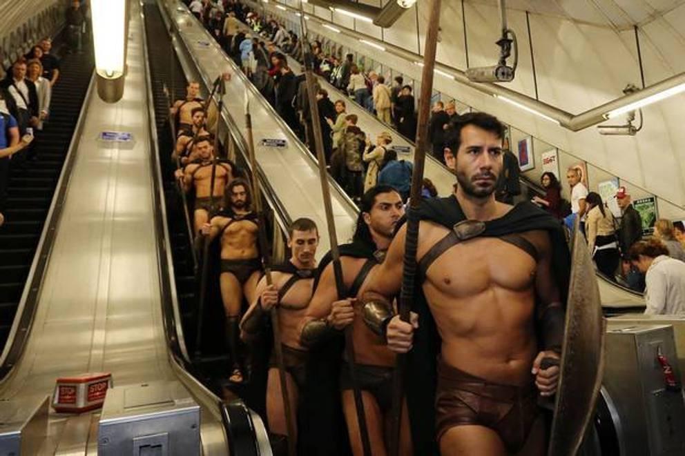 В метро геи на полу занимаются сексом