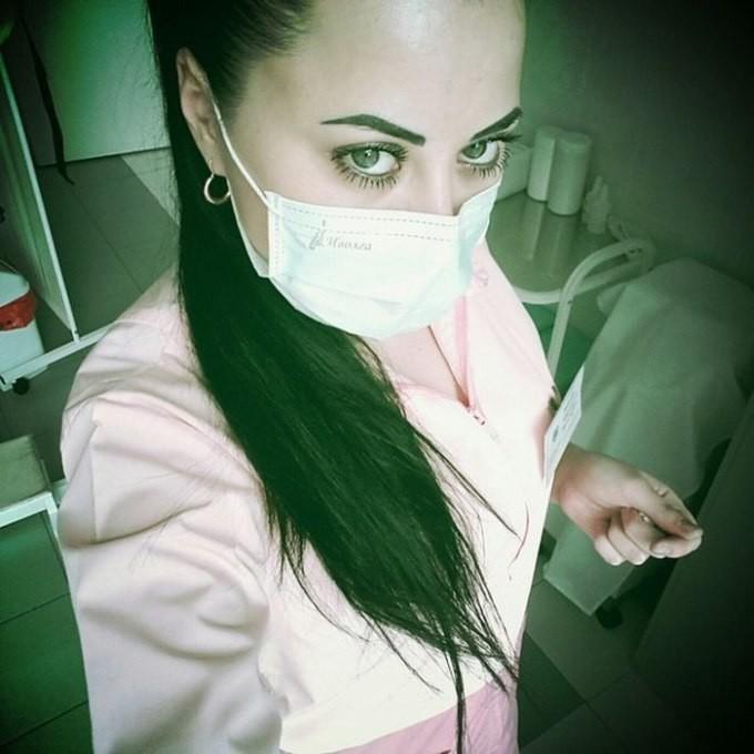 Сексуальные девушки в медицинских масках, как правильно отшлепать девушку видео ремнем