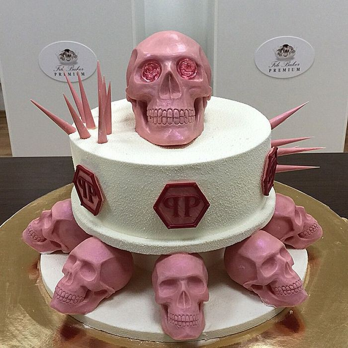 """Торт """"Philipp Plein"""" специально для женщин в розовом исполнении. Верхний череп украшают розовые бриллианты из карамели еда, торт"""