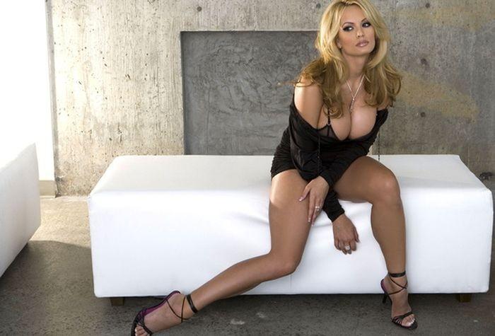 Порно фильм сторми дэниэлс про автосалон, трахнул в одежде порно видео в лифте