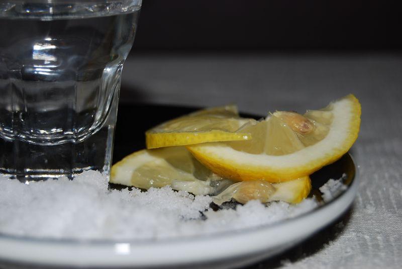 Текила с солью и лимоном