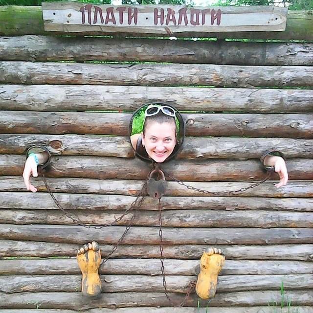девушки закованные в деревянные колодки