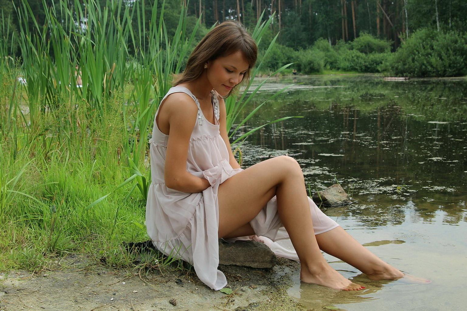 На речке голые русские девочки видио