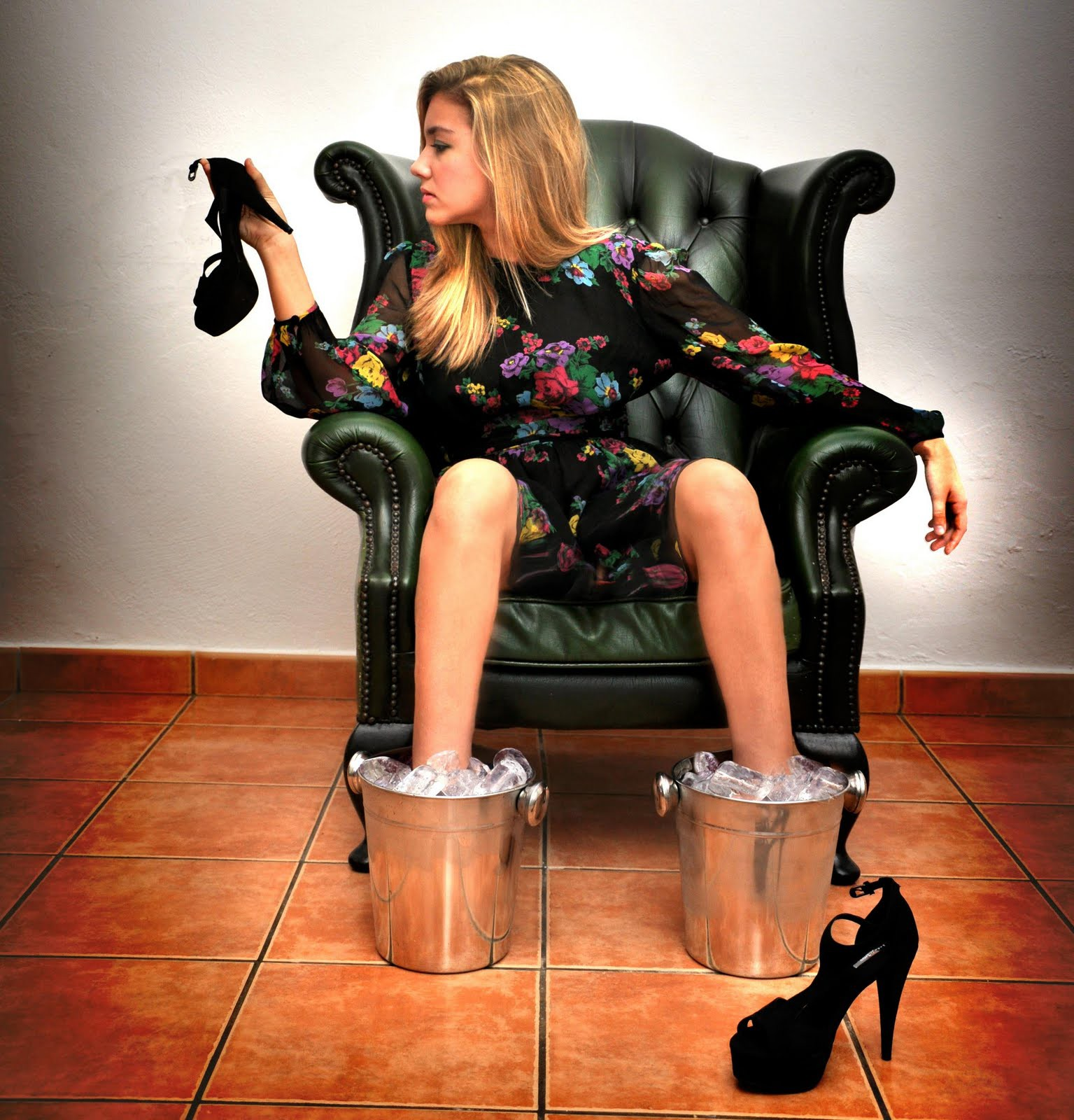 Она сексуальная девушка на каблуках