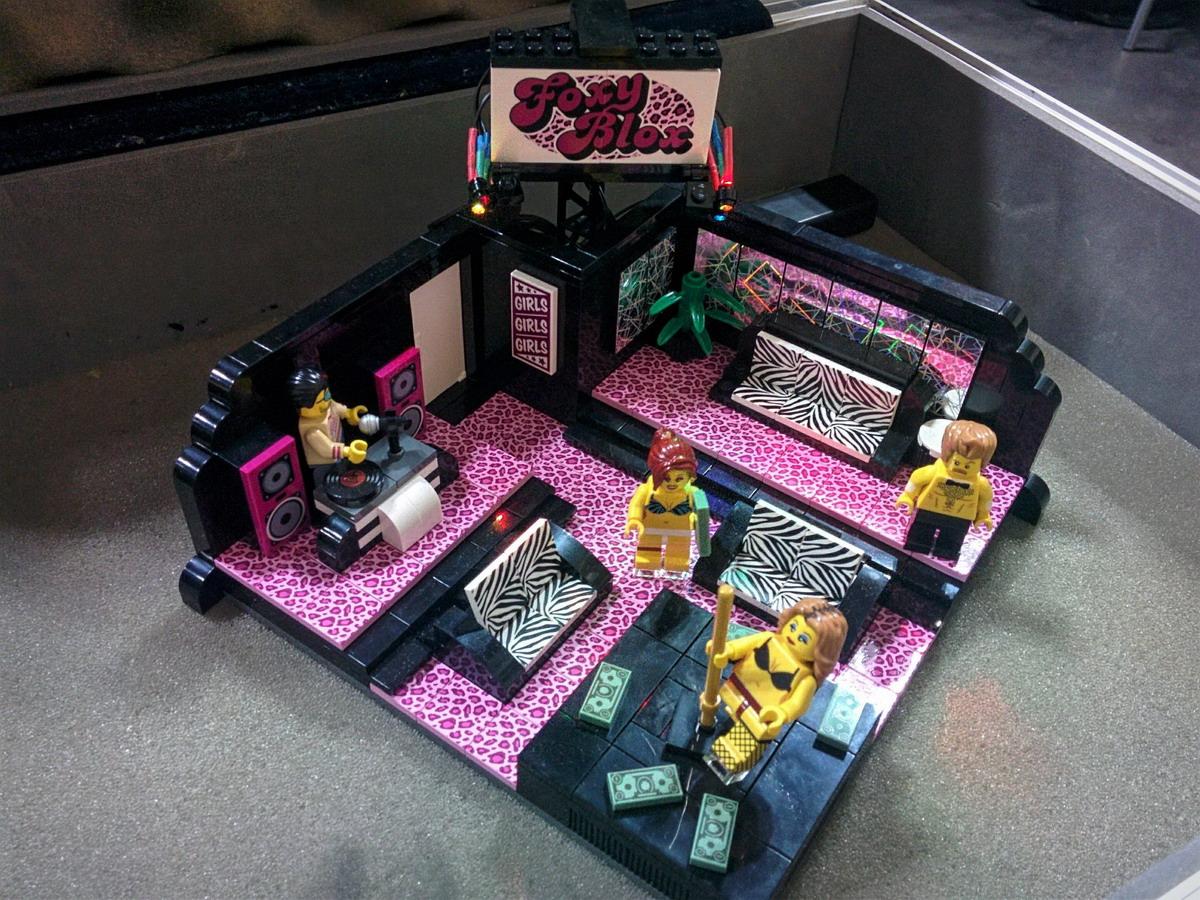 Лего стриптиз