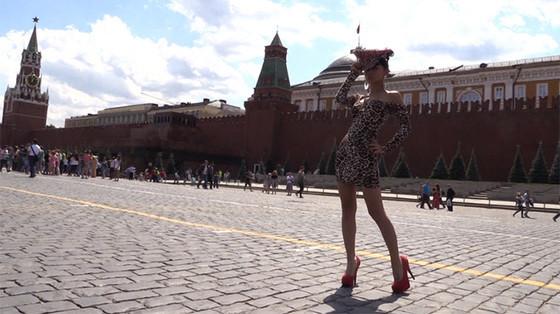 Фото голой девушки на красной площади полезная