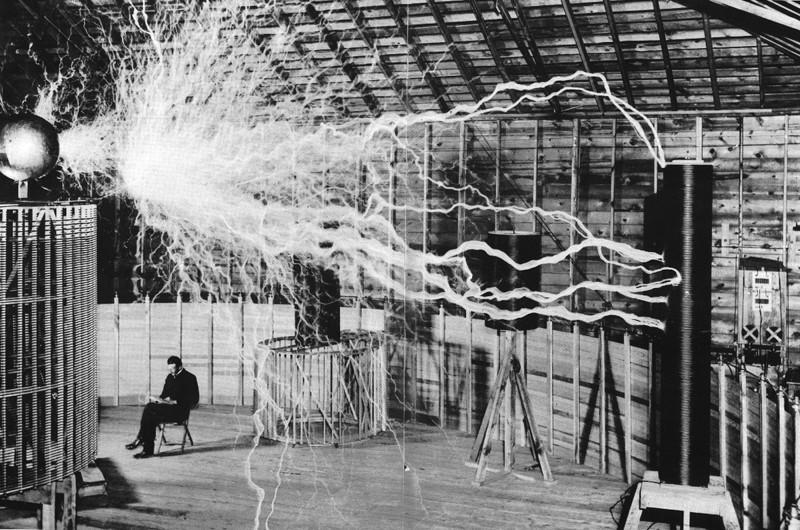 1. Никола Тесла в башне Ворденклиф со своей передающей катушкой