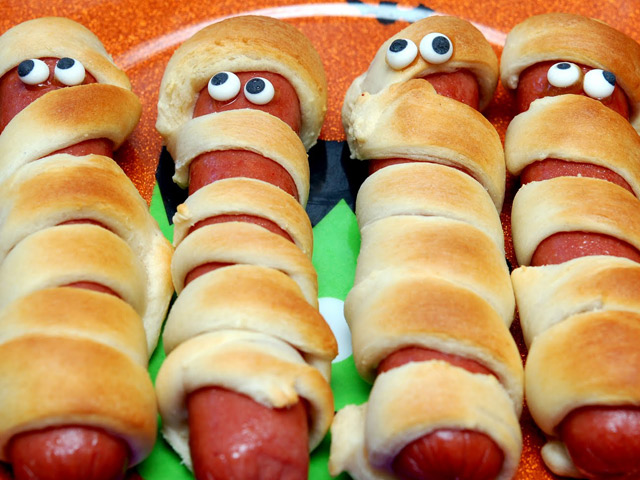 Английский язык: I don't like hot dogs. My sister doesn't like hot dogs ...