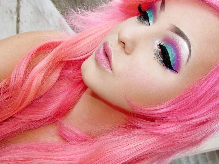1. Этот яркий макияж отлично сочетается со смелым цветом волос девушки девушки, макияж