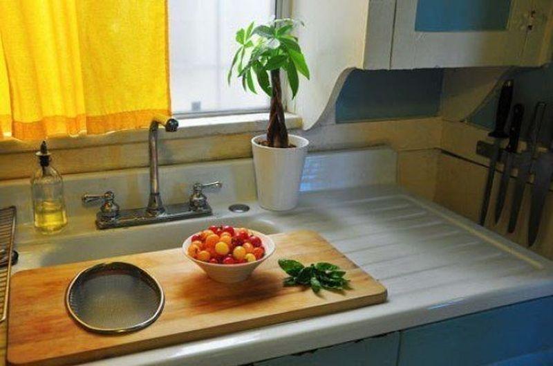 1. Купите большую доску, которую можно поставить над раковиной, чтобы создать еще одну рабочую поверхность. кухня, обустройство
