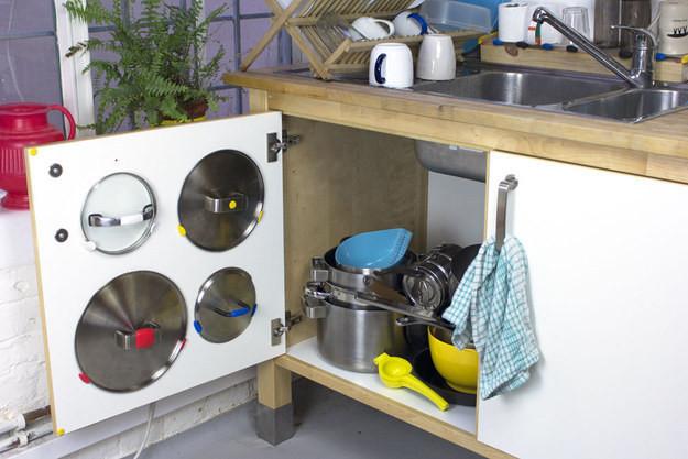 17. Установите на дверцу шкафа держатели для крышек кухня, обустройство