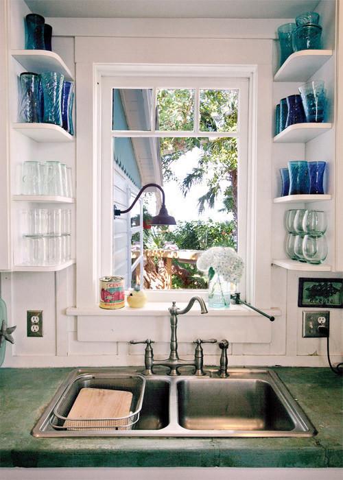 9. Установите маленькие полочки для стаканов и чашек кухня, обустройство
