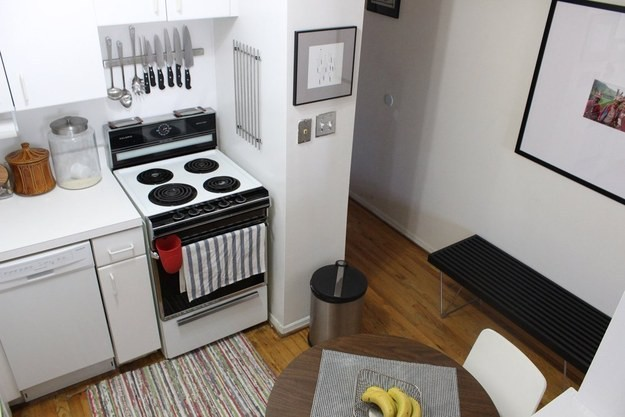 30. Используйте магниты-держатели, чтобы разместить металлические столовые приборы кухня, обустройство