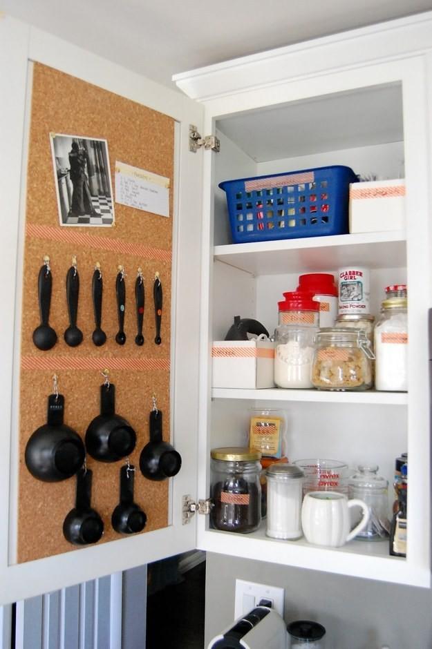 11. На внутренней стороне дверки шкафа можно развесить мерные ложки кухня, обустройство