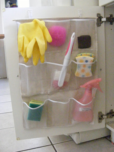 3. Прикрепите на дверцу шкафа органайзер с карманами кухня, обустройство