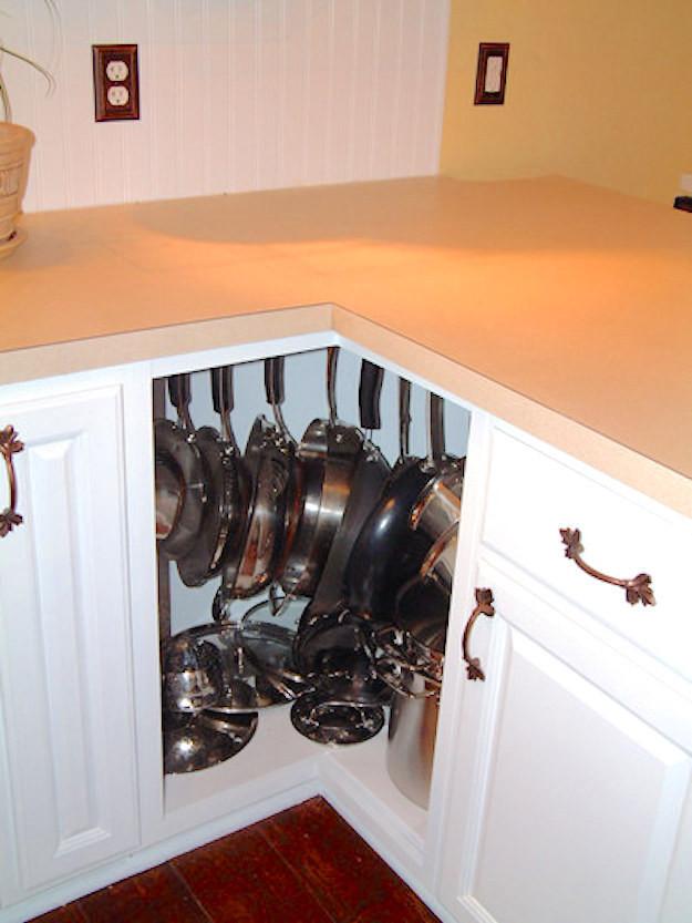 16. В угловом шкафу с помощью перекладины и крючков можно разместить кастрюли и сковородки кухня, обустройство