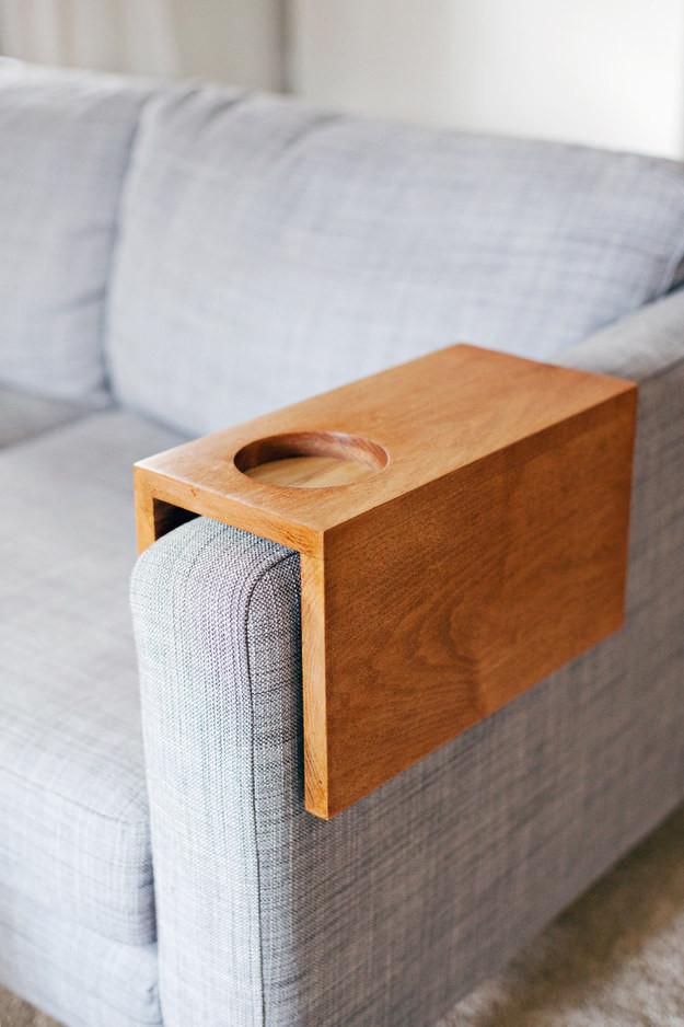 2. Сделайте ободок для подлокотника - в нём сможет находиться бутылка, пока вы смотрите телевизор алкоголь, лайфхаки, подарки, своими руками, сделай сам