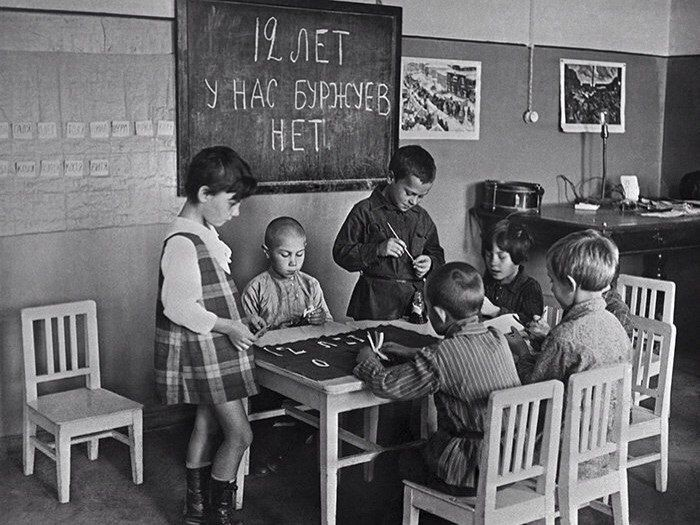 Дети в детском саду рисуют плакат к празднованию 12-й годовщины Октября, 1 октября 1929 года знаменитости, история, редкие кадры, фото