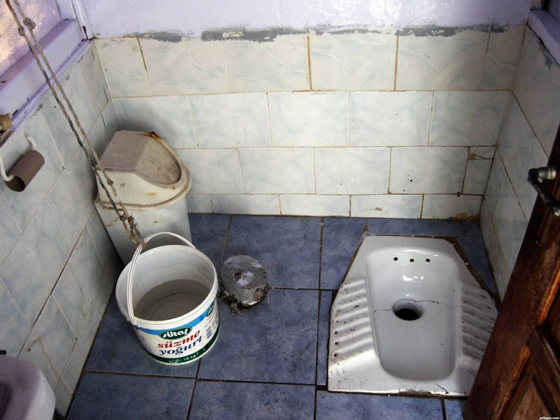 Женщини в деревянские туалети