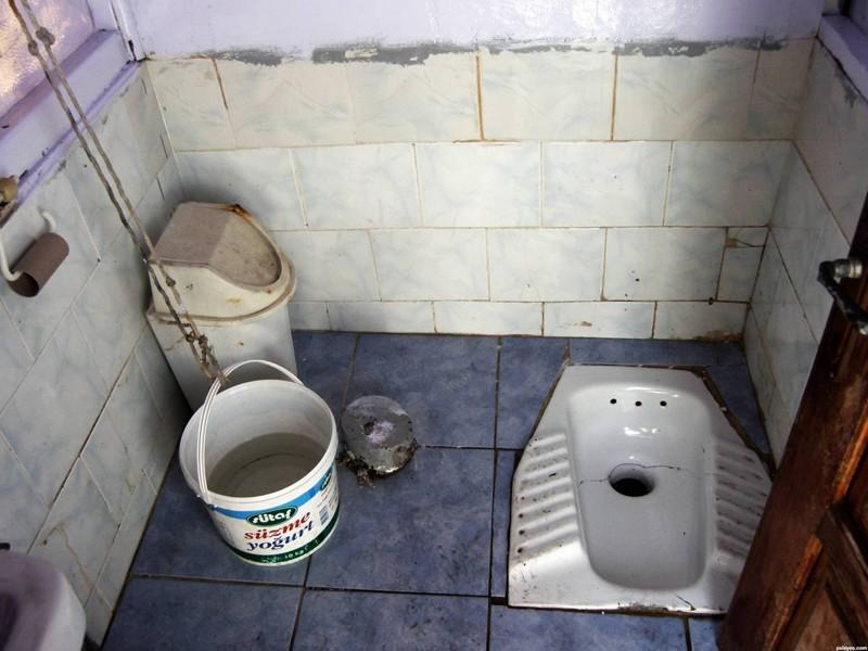 ogromnoe-devushki-ispolzuyut-muzhika-vmesto-tualeta-video