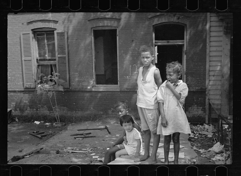 2. Дети играют в одном и внутренних дворов трущоб. Вашингтон, округ Колумбия. Сентябрь 1935 года. америка, великая депрессия, кризис