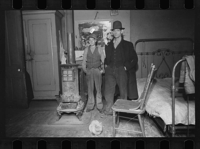1. Гостинная и кровать. Гамильтон каунти, штат Огайо. Декабрь 1935 года. америка, великая депрессия, кризис