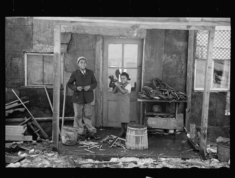 6. Негритянская семья возле своего дома. Нью-Джерси. Февраль 1936 года. америка, великая депрессия, кризис
