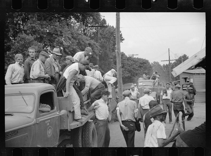 8. Мужчины идут на работу в Гринбелте, штат Мэриленд. Июль 1936 года. америка, великая депрессия, кризис