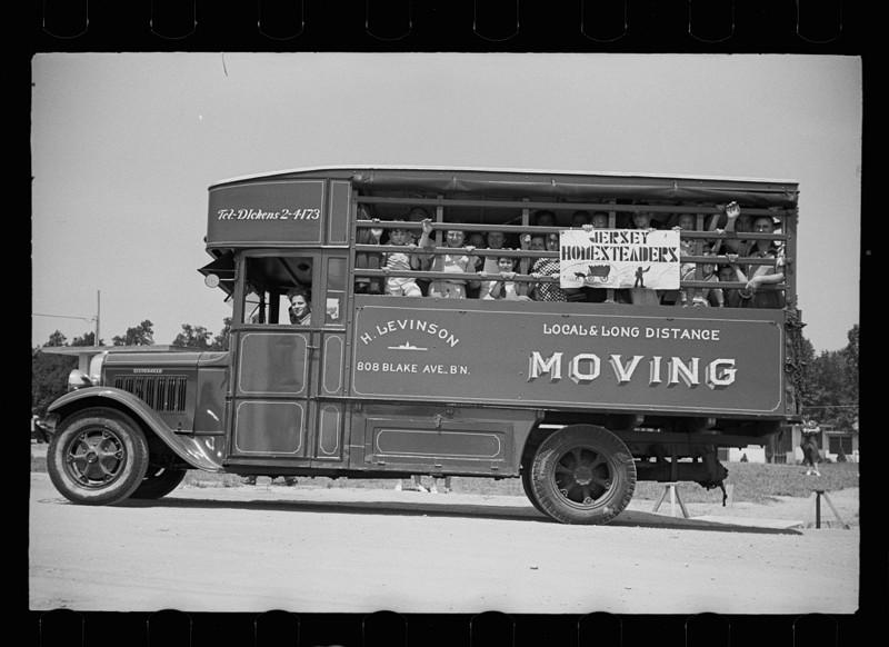 10. Отправляясь на открытие швейной фабрики, Hightstown, Нью-Джерси. Август 1936 год. америка, великая депрессия, кризис