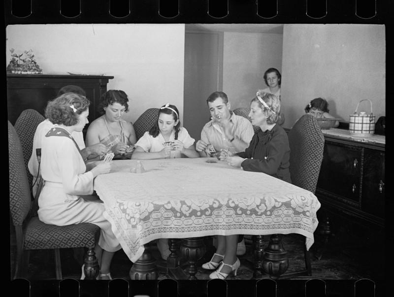 11. Семейные игры в карты в одном из новых домов Нью-Джерси. август 1936 года. америка, великая депрессия, кризис