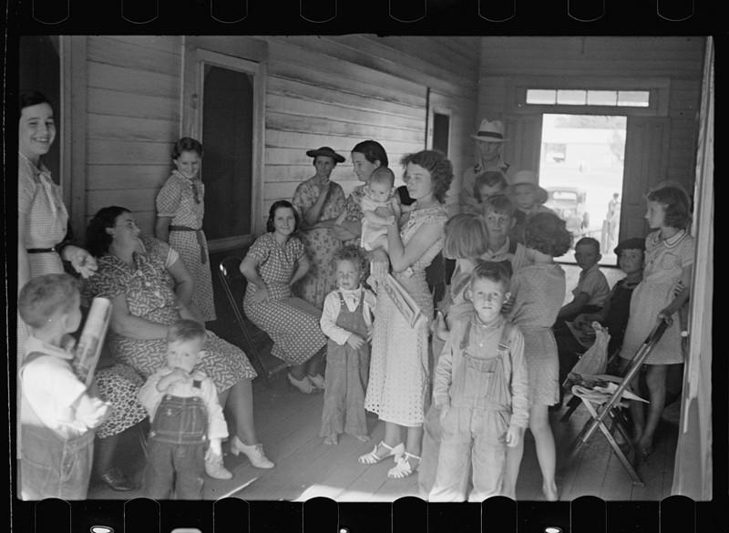 17. Женщины и дети в очереди к врачу, который приезжает в их городок раз в неделю. Джорджия. Май 1938 года. америка, великая депрессия, кризис