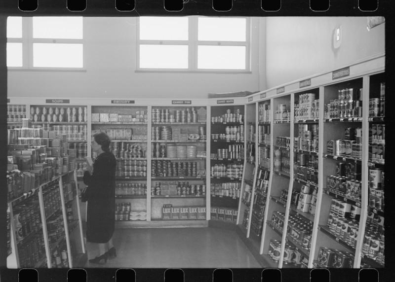 19. Покупатель в кооперативном магазине. Гринхиллс, Огайо. Октябрь 1938 года. америка, великая депрессия, кризис
