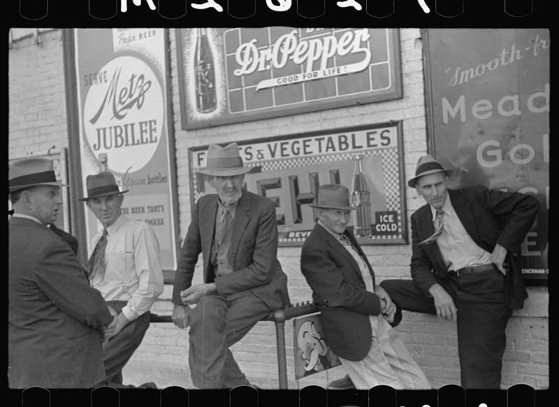 20. Субботним днём возле магазина. Линкольн, штат Небраска. Октябрь 1938 года. америка, великая депрессия, кризис