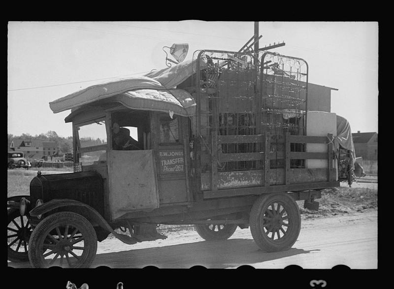 15. Семья со всеми своими вещами переезжает в только что построенный дом в районе Ньюпорт-Ньюс, Вирджиния. Ноябрь 1937 года. америка, великая депрессия, кризис