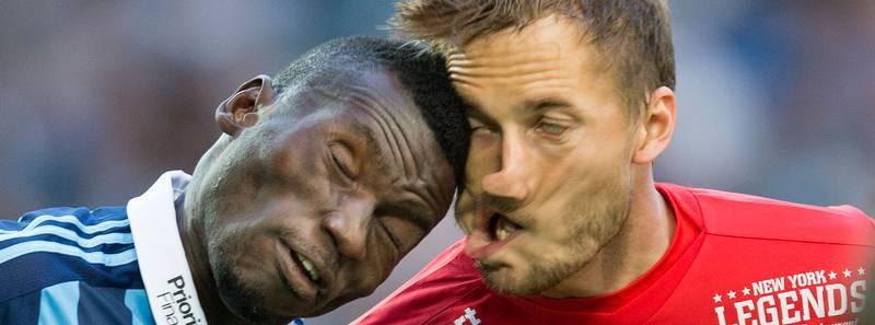 Столкновение во время футбольного матча кадр, мгновенье, фото