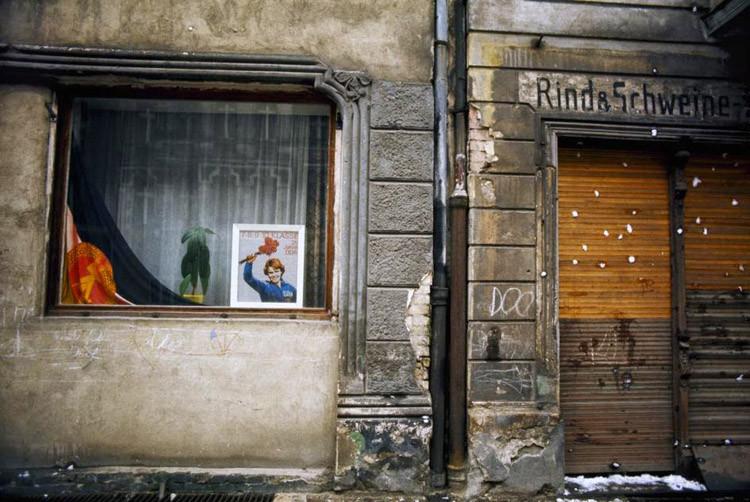 Пропагандистский плакат на витрине магазина. 1974 год винтаж, германия, люди, фото