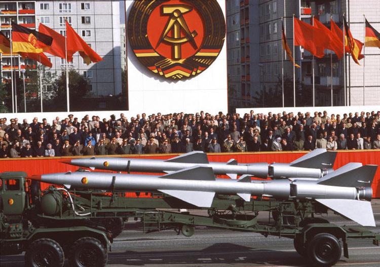 Парад в честь 35-летия ГДР. Аллея Карла Маркса, 1984 год винтаж, германия, люди, фото