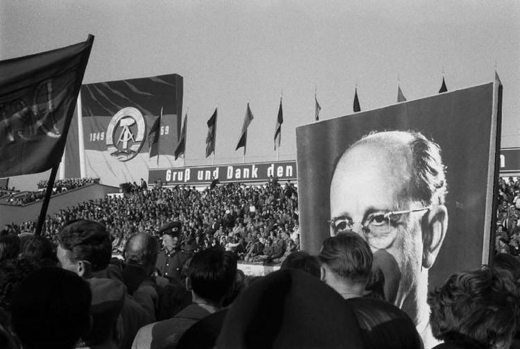 1959 год. Парад в честь десятилетней годовщины провозглашения ГДР винтаж, германия, люди, фото