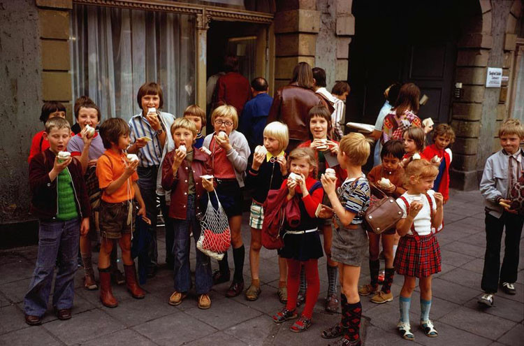 Школьники поедают мороженое перед магазином в Эрфурте, 1974. винтаж, германия, люди, фото