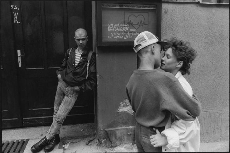Хулиган наблюдает за молодой парой на тротуаре винтаж, германия, люди, фото
