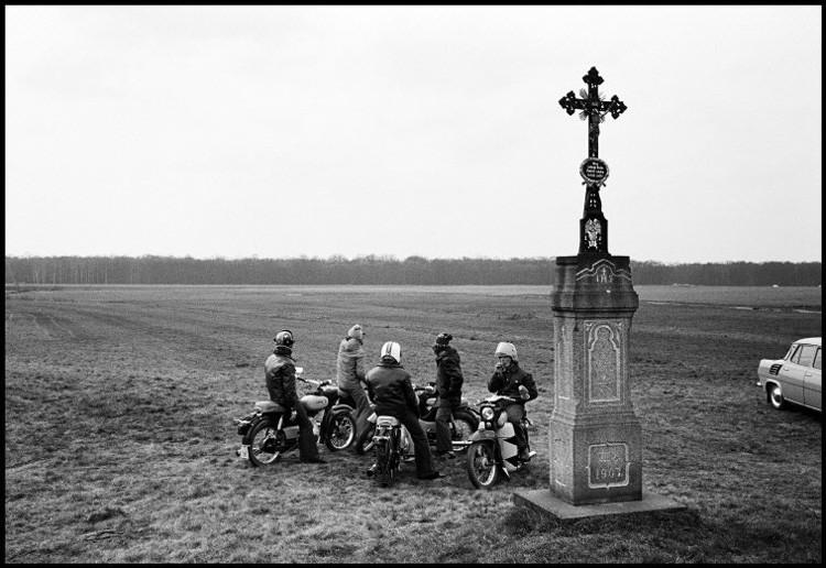 Группа молодых мужчин на мотоциклах в Хойерсверда, Германия, 1975. винтаж, германия, люди, фото