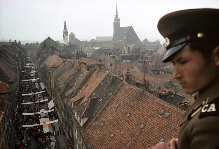 1974. Советский солдат наблюдает за мероприятием в средневековом центре Баутцена. винтаж, германия, люди, фото