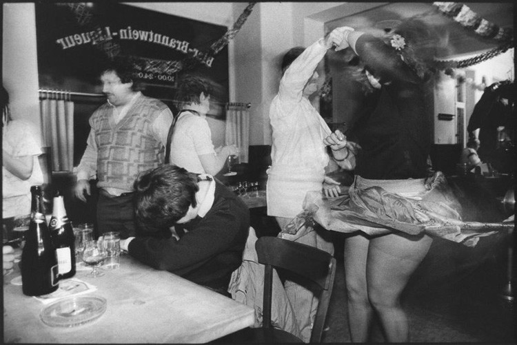 Танцующая пара в заведении в Восточной Германии винтаж, германия, люди, фото